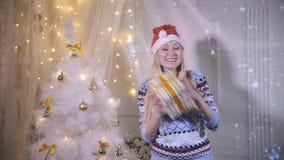Счастливая усмехаясь молодая женщина танцуя около рождественской елки с подарком, настоящими моментами Новый Год, Eve, концепция  видеоматериал