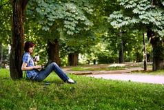 Счастливая усмехаясь работа девушки онлайн Стоковые Изображения RF