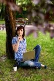 Счастливая усмехаясь работа девушки онлайн Стоковое фото RF