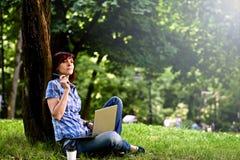 Счастливая усмехаясь работа девушки онлайн Стоковая Фотография RF