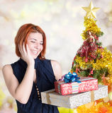 Счастливая усмехаясь рыжеволосая женщина с коробками Стоковая Фотография
