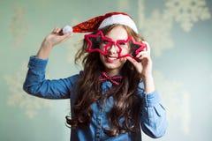 Счастливая усмехаясь смешная девушка битника в шляпе santa Стоковая Фотография RF