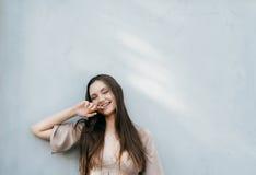 Счастливая усмехаясь смеясь над молодая дама изолировала портрет, внешний Стоковые Изображения
