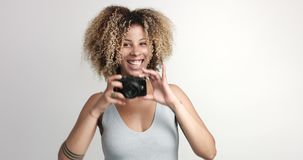 Счастливая усмехаясь чернокожая женщина с afra делает всходы с photocamera видеоматериал