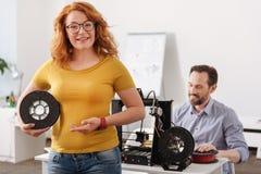 Счастливая услаженная женщина показывая вам нить 3d стоковое фото