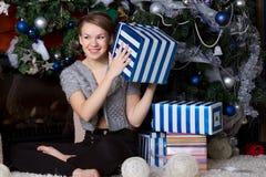Счастливая удивленная женщина дома Стоковое Фото