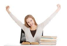 Счастливая, удовлетворенная молодая женщина студента Стоковая Фотография