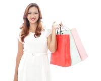 Счастливая хозяйственная сумка нося девушки покупок Стоковые Фото