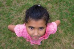 Счастливая цыганская девушка усмехаясь, перспектива ребенка съемки сверху Стоковые Фото