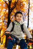 Счастливая черная езда мальчика велосипед Стоковое Изображение