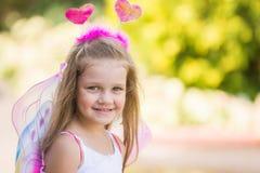 Счастливая четырехклассная девушка в бабочке костюма Стоковая Фотография