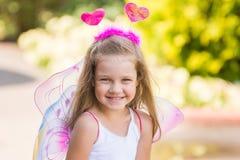 Счастливая четырехклассная девушка играя в фее Стоковое Фото