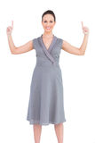 Счастливая шикарная женщина в первоклассном платье указывая перста вверх Стоковая Фотография RF