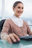 Счастливая шикарная коммерсантка работая на ее компьютере Стоковое Изображение RF