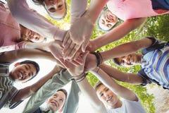Счастливая школа ягнится формировать стог руки в кампусе стоковое фото rf