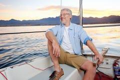 Счастливая шлюпка человека плавания Стоковая Фотография