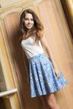 Счастливая элегантная женщина крытая Стоковое Изображение