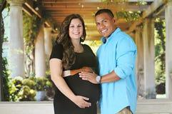 Счастливая Biracial беременность стоковое изображение