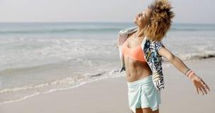 Счастливая excited женщина морем Стоковые Фото