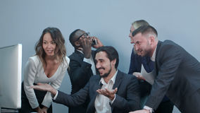 Счастливая multiracial группа в составе предприниматели празднуя их успех стоковое фото rf