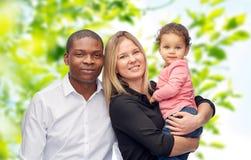 Счастливая multiracial семья с маленьким ребенком Стоковые Изображения