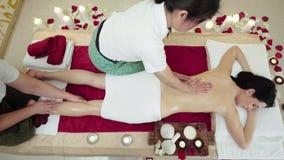 Счастливое брюнет наслаждаясь массажем в 4 руках сток-видео