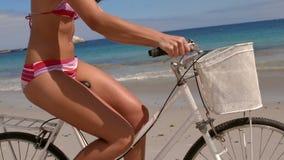 Счастливое брюнет на велосипеде сток-видео