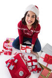 Счастливое брюнет сидя и оборачивая подарки на рождество Стоковая Фотография