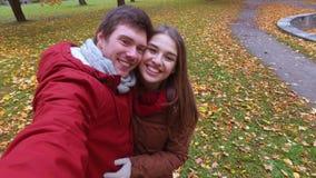Счастливое видео записи пар в парке осени сток-видео