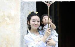 Счастливое время семьи, женщина китайской классики в платье Hanfu с ребёнком Стоковая Фотография RF