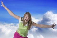 Летание женщины в небе стоковые изображения rf