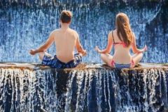 Счастливое заплывание пар в бассейне водопада Стоковое Фото