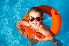 Счастливое заплывание ребенка стоковое изображение rf
