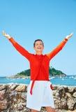 Счастливое ликование женщины перед лагуной пейзажа обозревая стоковая фотография