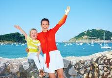 Счастливое ликование матери и дочери перед лагуной стоковые изображения rf