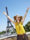 Счастливое ликование молодой женщины против Эйфелевой башни в Париже стоковое фото