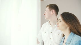 Счастливое и в парах влюбленности готовят окно с занавесами акции видеоматериалы