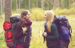 2 счастливое и красивые девушки идя в лес и болота лагерь Стоковые Фото