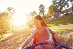 Счастливое катание девушки на весел-идти-круглой Стоковое фото RF