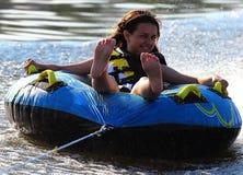 Счастливое катание девушки на воде стоковое изображение rf