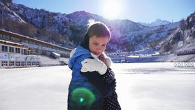 Счастливое катание на коньках детей на катке внешнем видеоматериал