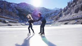 Счастливое катание на коньках детей на катке внешнем сток-видео