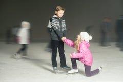 Счастливое катание на коньках на катке, ноча детей зимы Стоковая Фотография