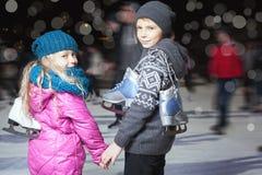 Счастливое катание на коньках на катке, ноча детей зимы Стоковые Фотографии RF