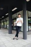 Счастливое молодое положение бизнесмена и таблетка использования Стоковая Фотография RF