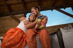 Счастливое молодое сельское хозяйство пар Стоковая Фотография