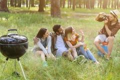 Счастливое молодые люди ослабляя в природе Стоковая Фотография