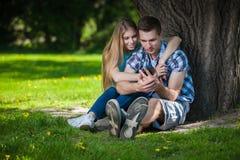 Счастливое молодые люди outdoors Стоковое Изображение RF