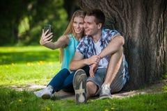 Счастливое молодые люди outdoors Стоковая Фотография