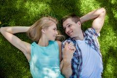 Счастливое молодые люди outdoors стоковые изображения